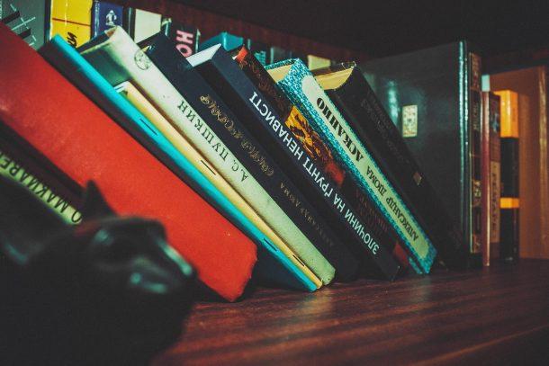 bookcase-1867460_1280